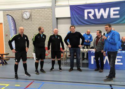 De scheidsrechters en Marinus Tabak (RWE)